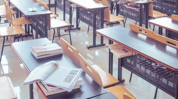 O fostă elevă a unui liceu din Gorj face declarații șocante. Secretarul i-ar fi făcut propuneri indecente în arhiva instituției de învățământ