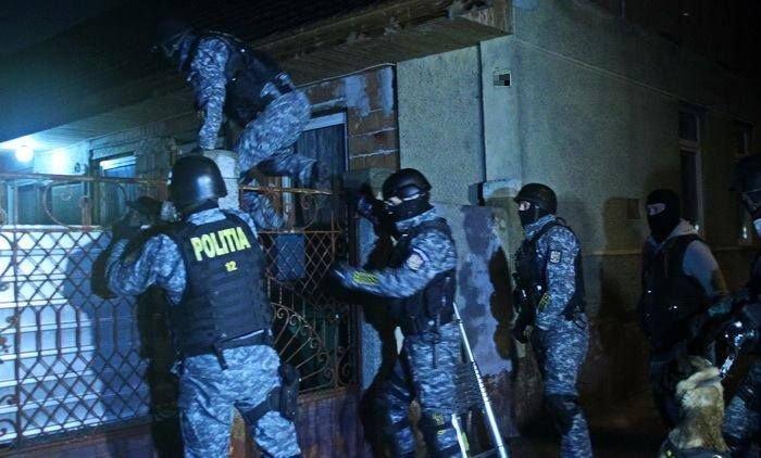 Polițistul rănit în misiune la Suceava, după ce a fost tăiat cu o sabie, transportat la Iași. Agresorul, reținut - FOTO