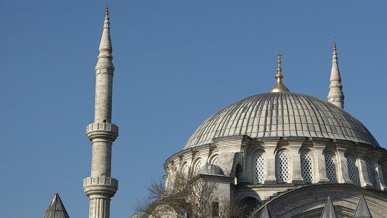 A vandalizat o moschee și a lăsat înăuntru bucăți de carne de porc. Ce riscă acum bărbatul