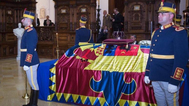 A doua zi de doliu național. Oameni din toate colțurile țării vin în continuare să îi aducă ultimele omagii regelui Mihai
