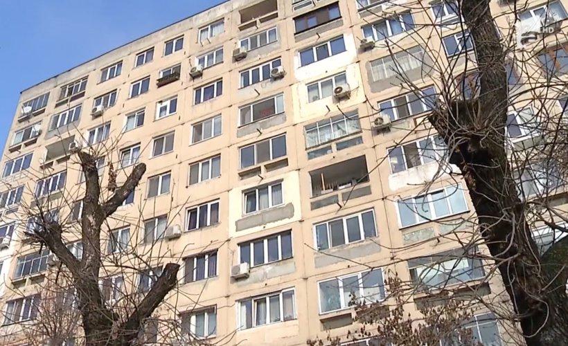 Toti bucurestenii se uitau uimiti in prag de Sarbatori! Ce si-a pus un locatar la balcon - Asa ceva numai in Romania vezi, dar nimeni nu se astepta sa fie chiar in Capitala