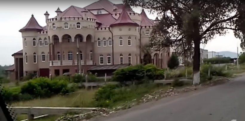Un sat românesc, cea mai bogată localitate rurală din Ucraina. Cea mai mică locuință are zece camere - VIDEO