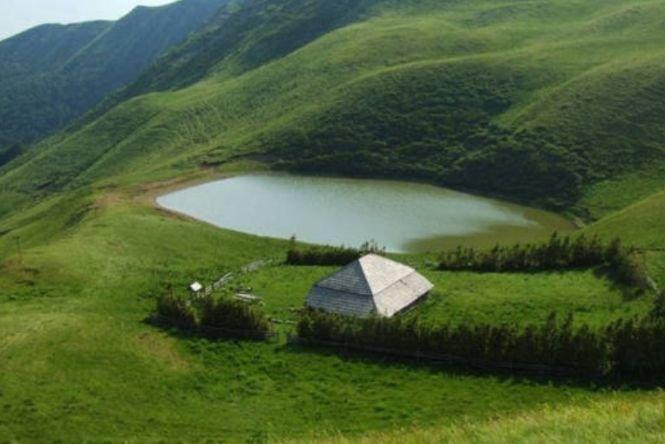 Lacul fără fund din România, locul în care oamenii şi-au aruncat bogăţiile