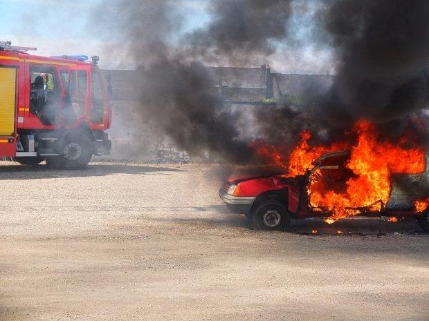 Atac mafiot în România. Mașina polițistului care i-a pus cătușe unui medic cunoscut, incendiată în toiul nopții - VIDEO