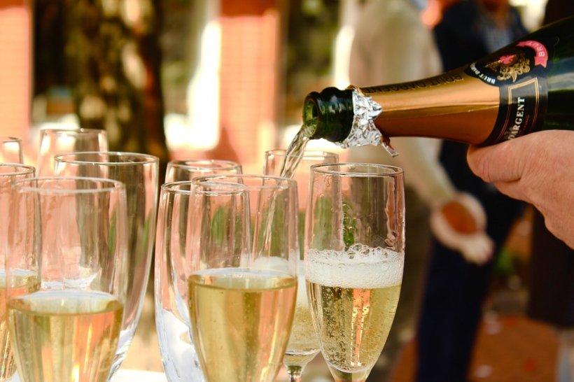 REVELION 2018. Cum desfaci corect o sticlă de șampanie. Toată lumea face o mare greşeală