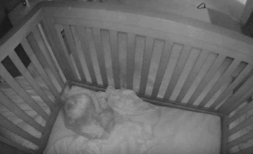 Bona s-a trezit cu bebelușul în mijlocul casei și nu înțelegea cum de a reușit să se dea jos din pătuțul său. Când s-a uitat pe camera de supraveghere a avut un șoc (FOTO+VIDEO)