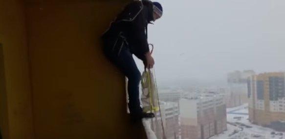 S-a aruncat cu parașuta de la balconul unui bloc. Ce s-a întâmplat cu bărbatul e de necrezut (VIDEO)