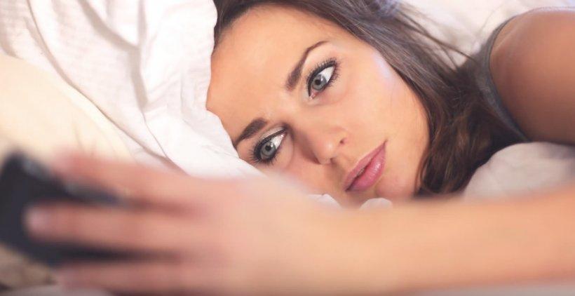 Riscuri la care te supui când dormi cu telefonul lângă tine. Medicii trag un semnal de alarmă