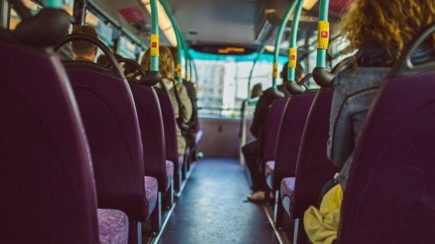 Caz șocant în Buzău! O elevă de 12 ani bătută cu pumnii de un coleg chiar în microbuzul școlar (VIDEO)
