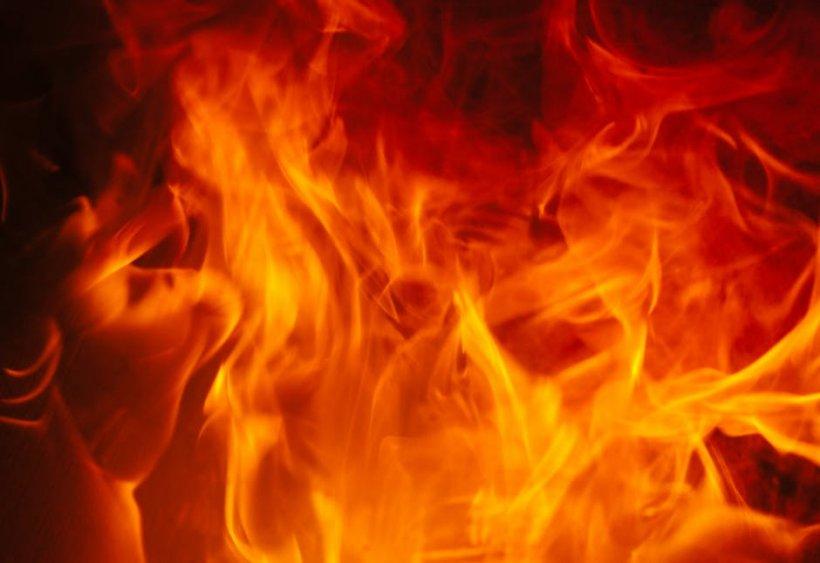 Incendiu puternic într-un bloc din Hunedoara. Zeci de persoane evacuate