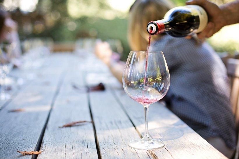 Cea mai veche sticlă de vin are 1693 de ani. Ce efect are dacă bei din ea