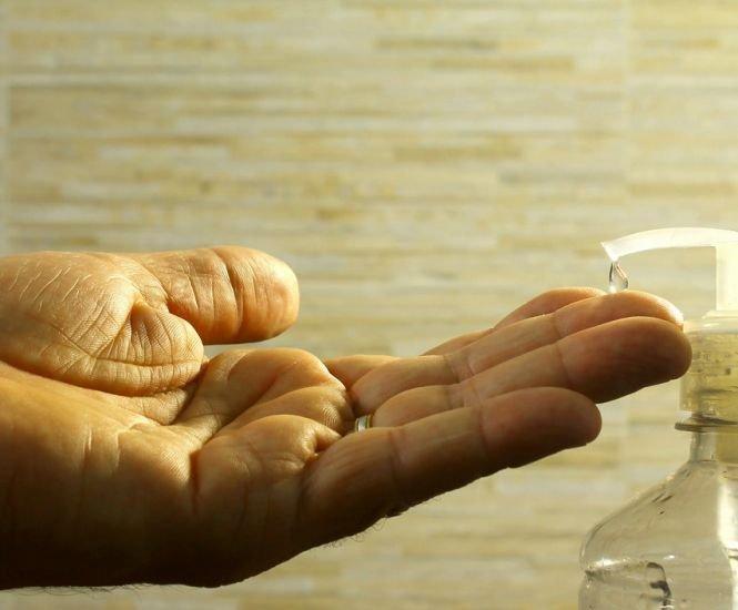 Atenție! Gelul antibacterian poate dăuna sănătății. Cum ne afectează
