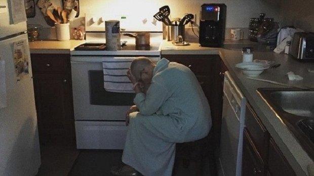 I-a făcut o fotografie soacrei lui în timp ce stătea în bucătărie, iar apoi a postat pe intrernet un mesaj. Ce moment a surprins bărbatul, de fapt