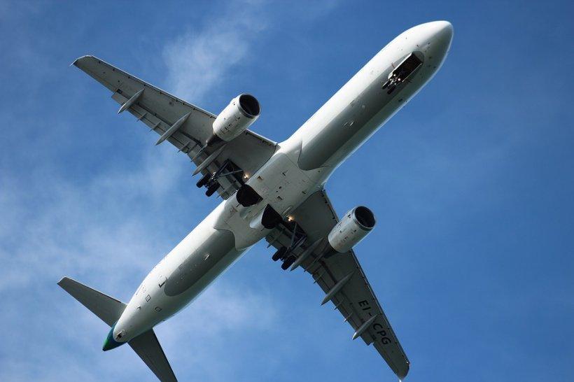 """Scene șocante la bordul unui avion! Timp de opt ore, pasagerii au fost obligați să călătorească alături de """"un demon"""" (VIDEO)"""