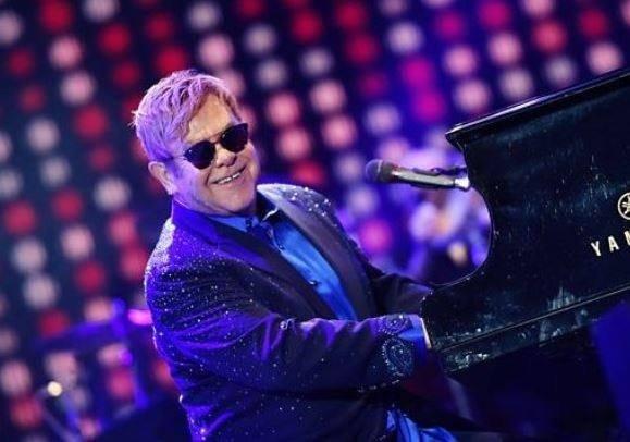 Incident în timpul concertului lui Elton John. Un fan l-a lovit pe artist cu un obiect. Reacția cântărețului - VIDEO