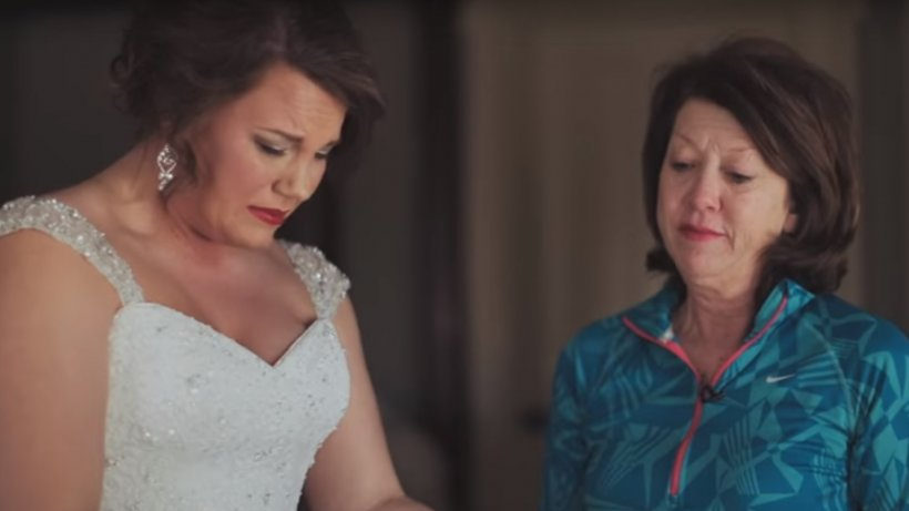 O fată adoptată a primit un cadou vechi de 20 de ani în ziua nunții. Când l-a deschis, a înțeles totul și a izbucnit în lacrimi - VIDEO