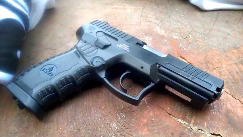 Elev din Arad, cu pistolul la școală
