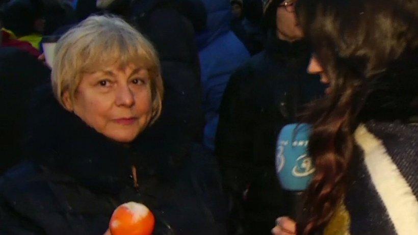 """Protest cu portocale în faţa Palatului Cotroceni. Fostul ofiţer SRI Daniel Dragomir, printre protestatari: """"Ieșim până când abuzurile din România vor înceta"""""""