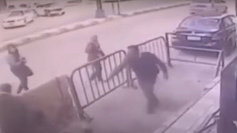 Scene incredibile. Un poliţist a reușit să prindă în brațe un copil care cădea de la etajul trei - VIDEO