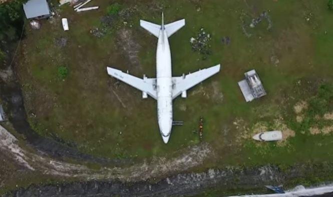 Un avion misterios a fost abandonat pe un câmp din Bali. Nimeni nu știe cum a ajuns acolo - VIDEO