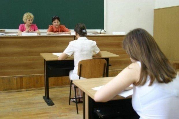 Aceasta este cea mai bizară regulă din învățământ! Elevii nu mai au voie să poarte pantofi sau șosete la examene!
