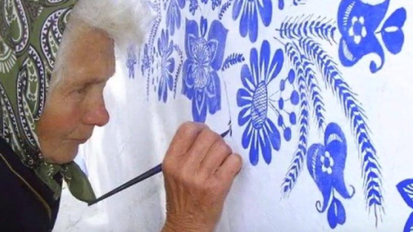 O femeie de 90 de ani transformă casele din satul ei în adevărate opere de artă - VIDEO