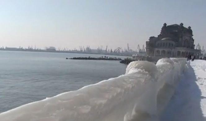 Vremea polară a adus peisaje spectaculoase. Malul mării a devenit un regat îngheţat - VIDEO