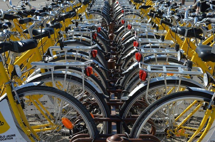 O companie îi recompensează financiar pe cei care vin cu bicicleta la muncă. Cât primesc angajații