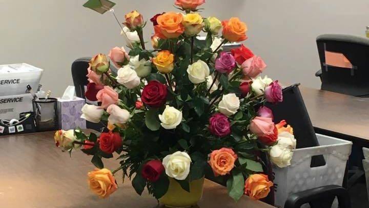 O văduvă a primit un buchet de flori la locul de muncă, iar toți colegii au izbucnit în lacrimi când au aflat de la cine este