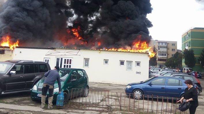 Alertă în Arad! Un incendiu uriaș a cuprins o piață. Imagini de la fața locului