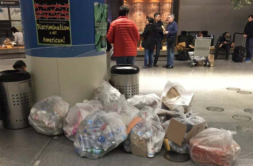 Plângând, un bărbat a aruncat un obiect la gunoi, în aeroport, și apoi a plecat rapid. Doi tineri s-au apropiat de coș și au fost șocați. Ce se afla acolo - VIDEO