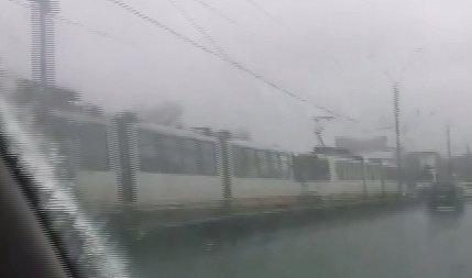 Bucureștiul a înghețat! Tramvaie blocate din cauza fenomenului freezing rain