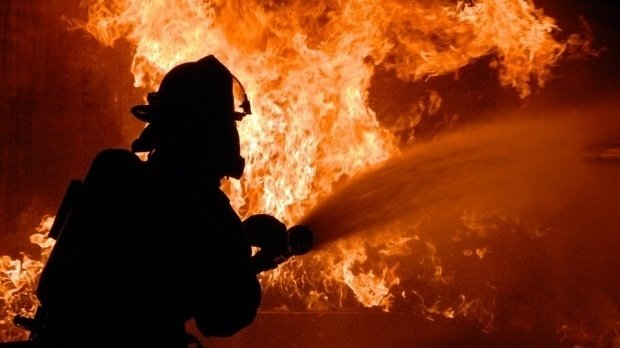 Un italian a dat foc unei case în care locuiau șase români - VIDEO