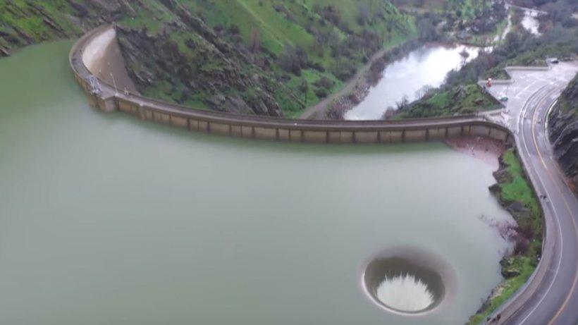 O dronă a filmat deasupra unui lac de acumulare. Detaliul uimitor surprins în imagini - VIDEO