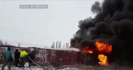 Incendiu puternic în curtea unei foste rafinării. Produse petroliere, în flăcări