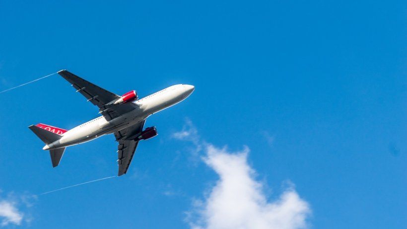 Incident la bordul unui avion Birminghan-Bucureşti! Un tânăr a încercat să intre peste piloţi, în timpul zborului