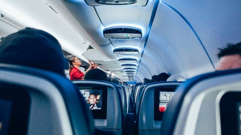 Bătaie între doi pasageri în avion, după ce unul dintre ei a amenintat că vrea să arunce aeronava în aer - VIDEO