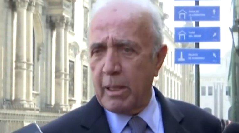Politician pălmuit în timp ce acorda un interviu în direct. Momentul a stârnit hohote de râs pe internet (VIDEO)