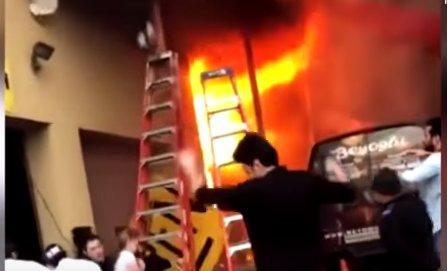 Un grup de fete a sărit de la balconul unei clădiri în flăcări. Imagini șocante