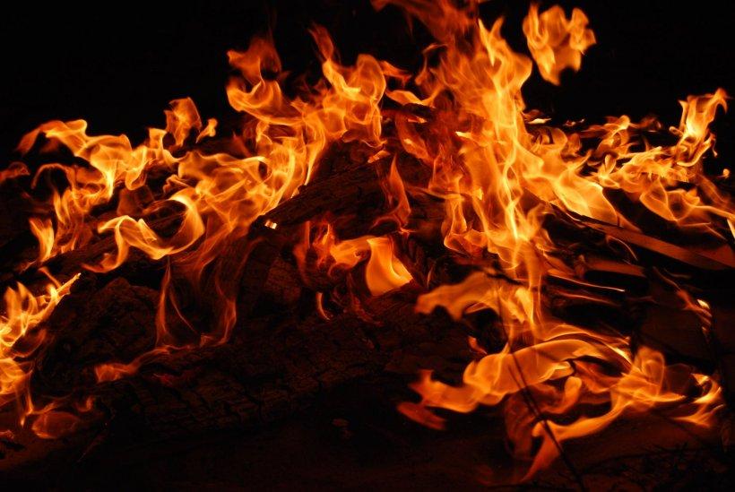 Incendiu puternic în județul Mureș. O persoană a murit, iar alta a fost intoxicată cu fum. Incendiul ar fi fost provocat intenționat