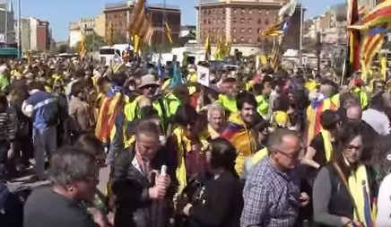 """Sute de mii de oameni au ieșit în stradă la Barcelona. """"Libertate pentru prizonierii politici!"""" au scandat manifestanții"""