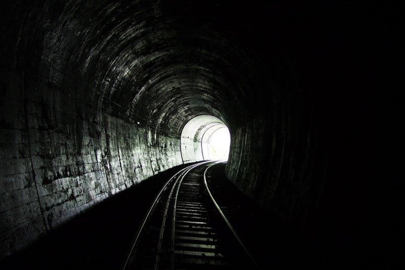 Descoperire inedită într-un tunel de cale ferată din Defileul Jiului. Ce a găsit un angajat al CFR