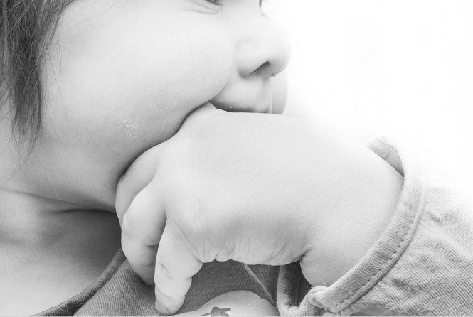 Tragedie în Suceava. Un copil de trei ani a murit sufocat cu o bucată de polistiren, la câţiva paşi de părinţi şi cei doi fraţi