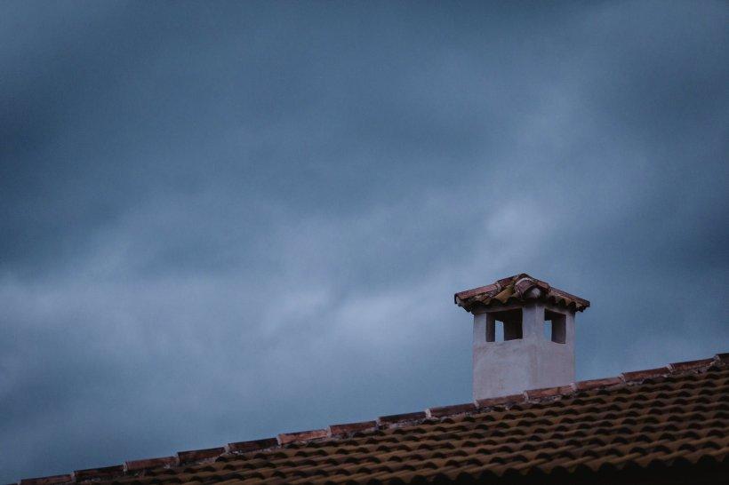 S-a aruncat de pe acoperișul unei clădiri pentru a scăpa de bătăile tatălui său. Momentul șocant a fost filmat