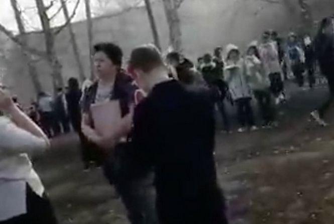 Atac într-o școală din Rusia. Un elev a tăiat cu cuțitul o colegă şi un profesor