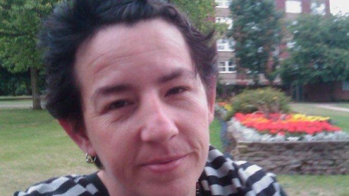 Întâmplare incredibilă în Marea Britanie. O bunică a atacat cu arbaleta un bărbat care a dat buzna în casa ei