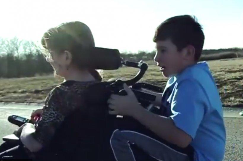 Se afla în cărucior cu rotile și a mărturisit că nu ar fi putut reuși dacă nu ar fi fost fratele său. Când băiețelul a vorbit la rândul său, a făcut o mărturisire incredibilă. Toată lumea a început să plângă (VIDEO)