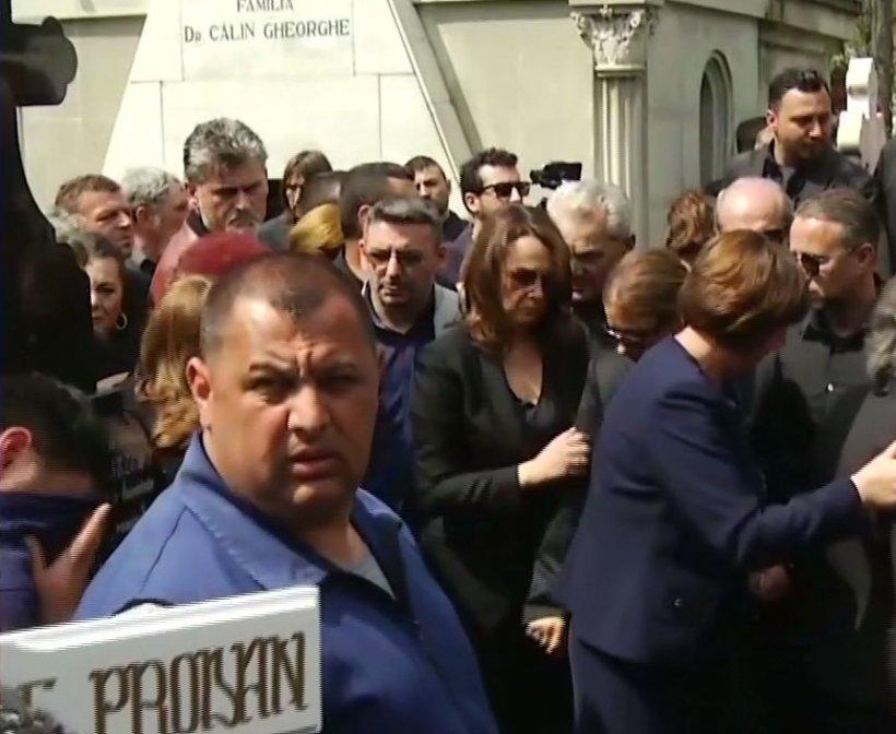 Cel mai dramatic moment de la înmormântarea Ionelei Prodan. Fata cea mică a artistei a suspinat pe umărul surorii sale