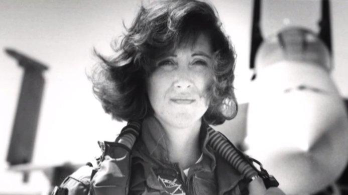 Cine este femeia pilot care a adus la sol avionul al carui motor a explodat in aer - VIDEO