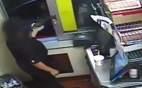 Imagini șocante într-un restaurant Burger King. Clientul s-a apropiat de geam și... - VIDEO
